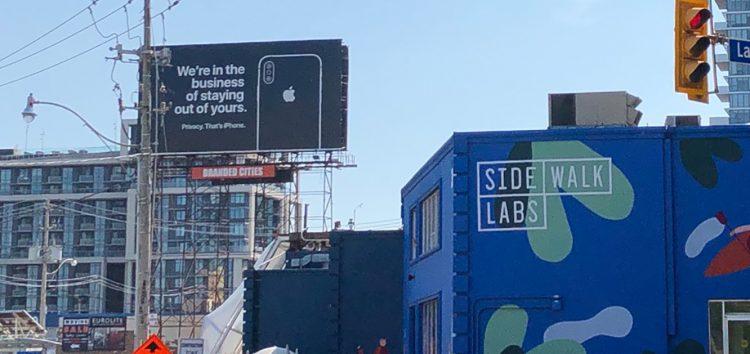 Apple nimmt Google mit neuer Werbetafel aufs Korn